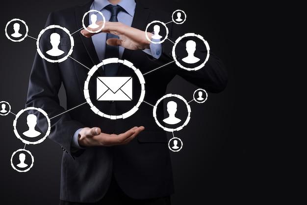 E-mail- und benutzersymbol, zeichen, symbolmarketing oder newsletter-konzept, diagramm. e-mail senden. massenmail. e-mail- und sms-marketingkonzept. schema des direktverkaufs in unternehmen. liste der kunden für den versand.