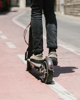 E-roller-mitfahrer der ansicht von unten auf radweg