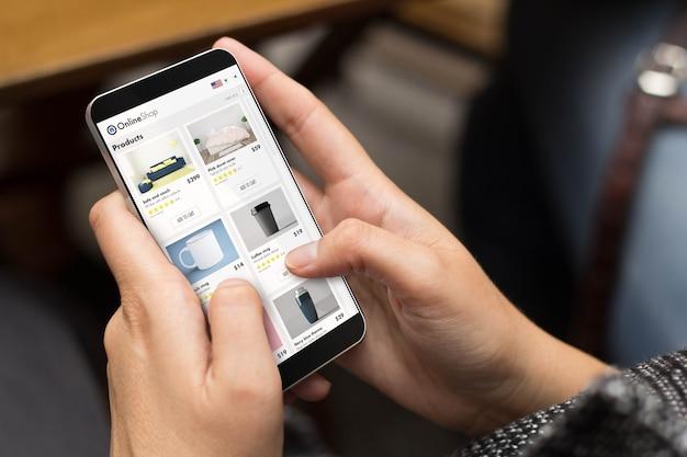 E-shopping-konzept. mädchen, das ein digital erzeugtes telefon mit online-shop auf dem bildschirm verwendet.