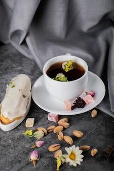 Earl grey tee mit lokum, milchigem dessert und pistazien