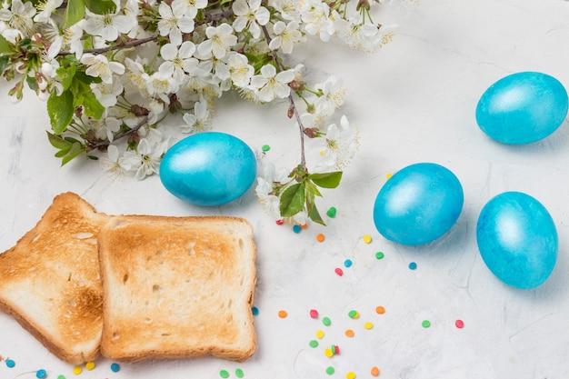 Easter blue eggs, toast auf dem hellen hintergrund.