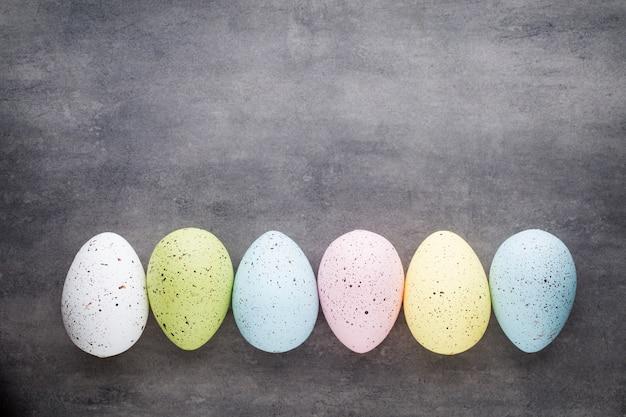 Easters eier im musterraum. sicht von oben. flach liegen.