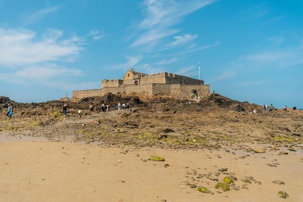 Ebbe am wunderschönen grande plage du sillon de saint-malo in der französischen bretagne, frankreich