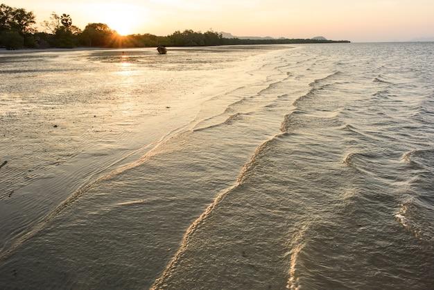 Ebbe bei sonnenuntergang auf andaman-meer, thailand