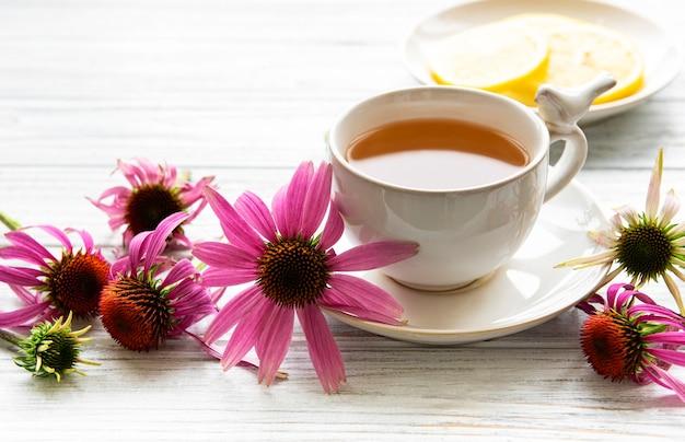 Echinacea-tee mit zitrone und frischen blumen.