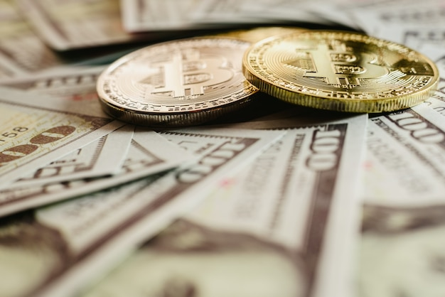 Echte bitcoins mit einem wert von mehr als hunderten von dollarnoten.