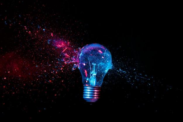 Echte explosion einer wolfram-glühbirne. hochgeschwindigkeitsfotografie.