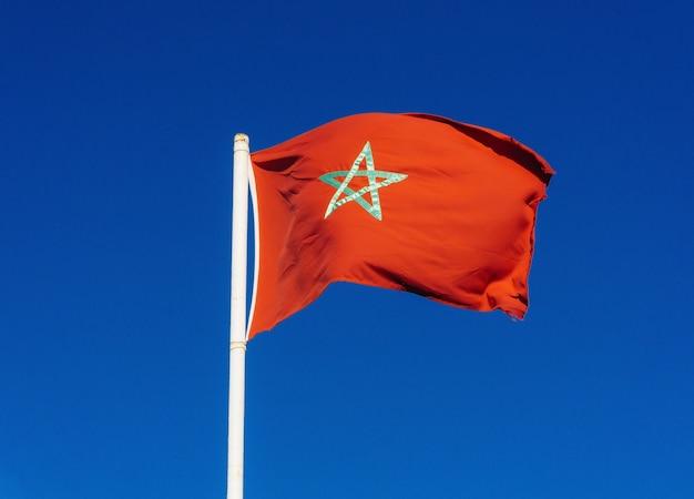Echte flagge von marokko auf blauem himmel