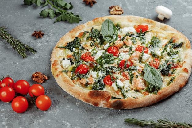 Echte italienische leckere pizza mit lachs und käse.