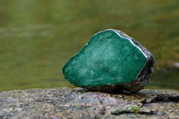 Echte jade natürliche funkelnde grüne farbe