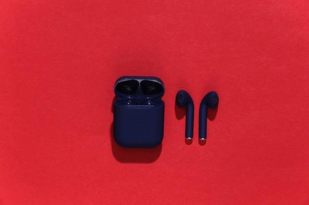 Echte kabellose bluetooth-kopfhörer oder ohrhörer mit ladeetui
