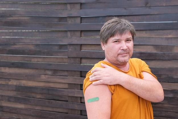 Echte mittelalte männer, die gegen eine coronavirus-infektion geimpft sind. impfung gegen covid-19. sputnik-v. platz kopieren.