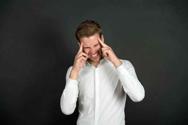 Echte schmerzen geschäftsmann leiden unter kopfschmerzen halten hand kopf geschäftsmann fühlen schmerzen kopfschmerzen