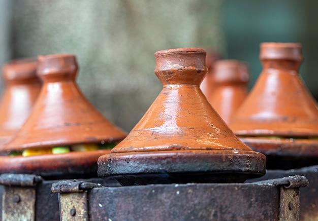 Echte tajine in der straße in marokko, marokkanische tajine oder tajin