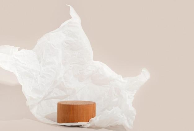 Echtes foto. hölzerner kreissockel auf pastellhintergrund zerknittertes papier. mockup für kosmetik, verpackung von produktpräsentationen, speisen oder getränken. schönheits-podest.