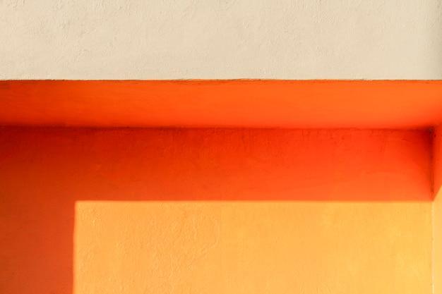 Ecke einer orangefarbenen wand