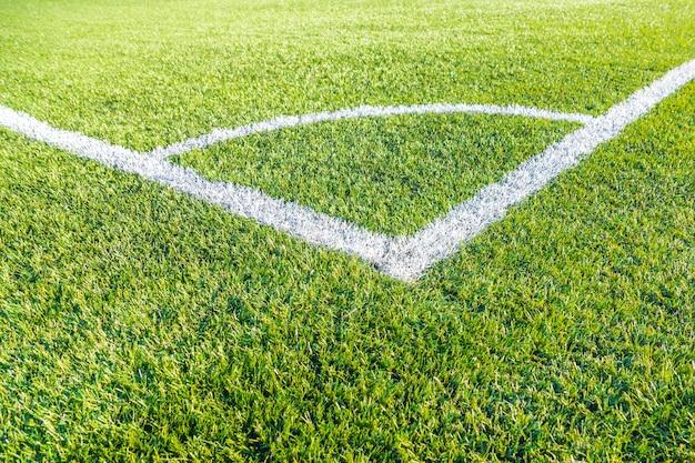 Eckfußballfeld auf grünem kunstrasen