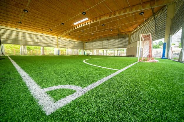 Ecklinie eines hallenfußballfußballtrainingsfeldes