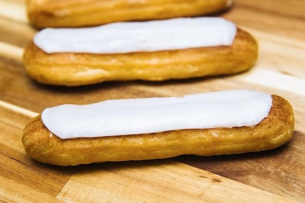 Eclair knuspriger cremiger kuchen mit weißer schokolade