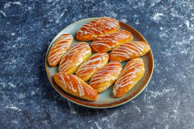 Eclairs oder kränzchen mit weißer schokolade und weißer schokolade