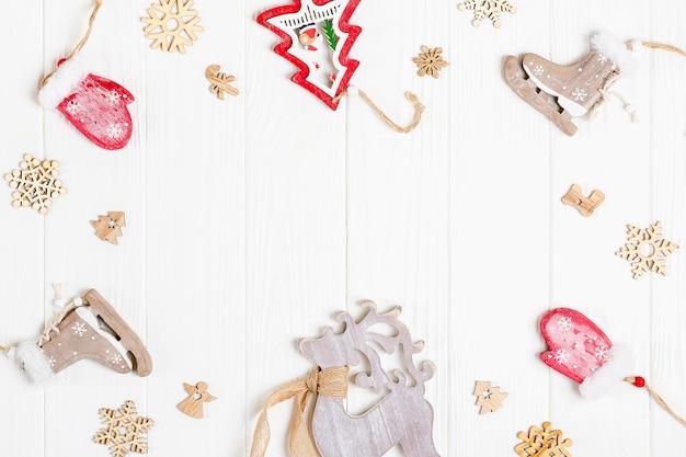 Eco freundliche hölzerne spielwaren, rotwild, handschuhe, schneeflocken, baum für weihnachts- oder neujahrsdekoration auf weißem hölzernem