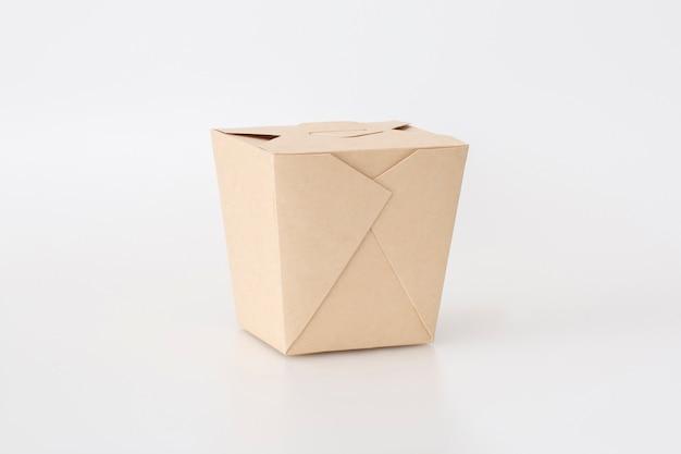 Eco handwerk papiergeschirr auf weißem hintergrund. recycling und plastikfreies konzept.