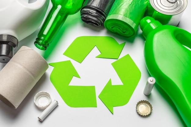 Eco-konzept mit der wiederverwertung des symbols auf tabellenhintergrund