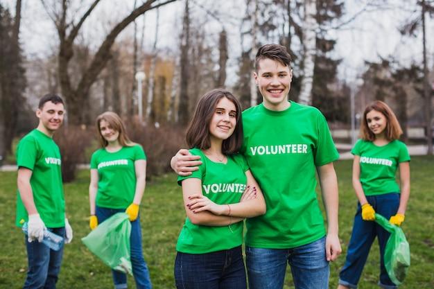 Eco-konzept mit einer gruppe von freiwilligen