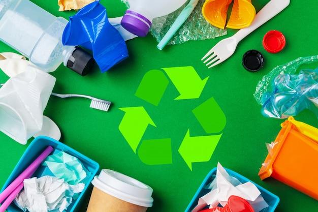 Eco mit der wiederverwertung des symbols auf tischplatteansicht