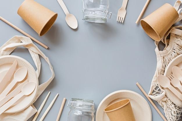 Eco natürliche papierprodukte flach legen auf grauem hintergrund. nachhaltiges lifestyle-konzept. kein verlust. stoppen sie plastikverschmutzung. draufsicht, overhead, vorlage,