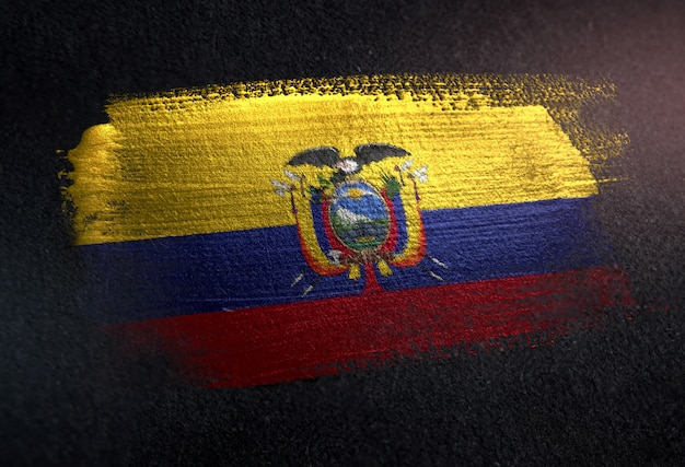Ecuador-flagge gemacht von der metallischen bürsten-farbe auf dunkler wand des schmutzes