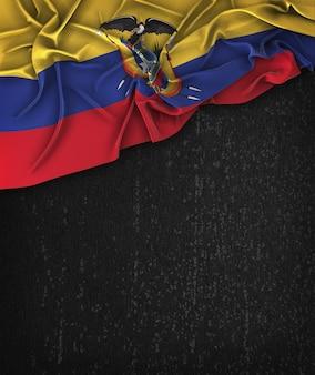 Ecuador-flagge weinlese auf einer grunge-schwarzen tafel mit raum für text