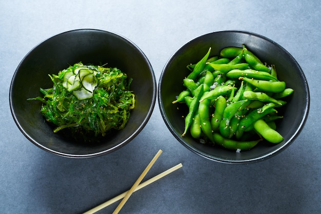 Edamame-sojabohnen und algensalat