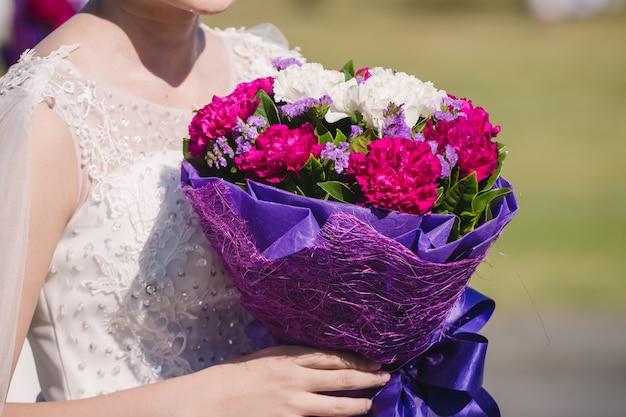 Edding bouquet in händen der braut