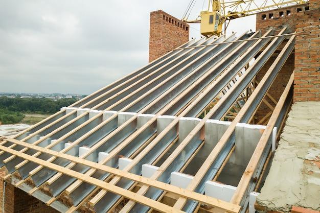 Edelstahl-dachkonstruktion für zukünftiges dach im bau. entwicklung eines metalldachrahmens auf der hausspitze.