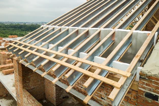 Edelstahldachkonstruktion für zukünftiges dach im bau. entwicklung eines metalldachrahmens auf der hausoberseite.