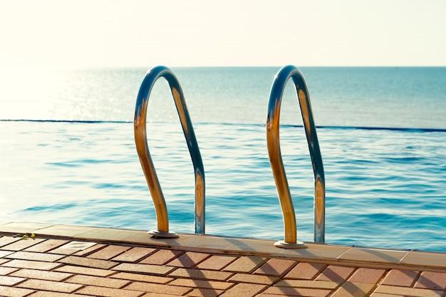 Edelstahlleiter in einem swimmingpool in einem urlaubshotel