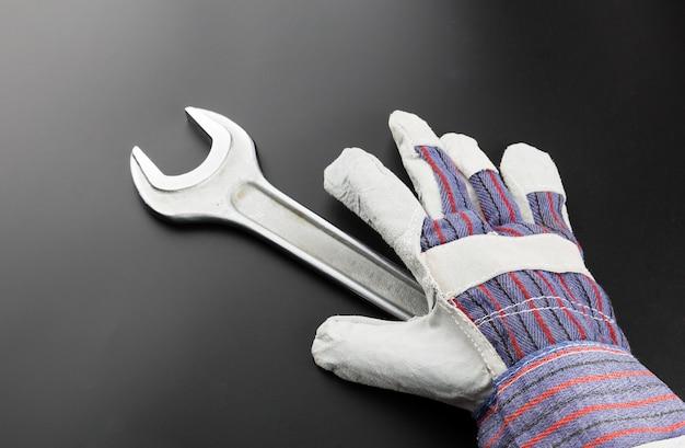 Edelstahlschlüssel und arbeitshandschuh