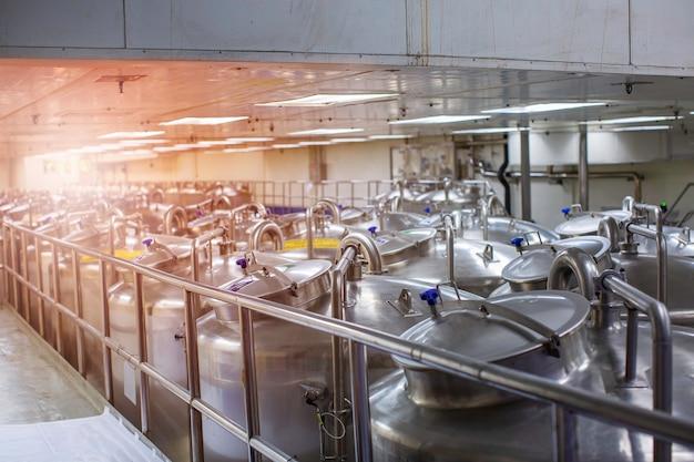 Edelstahltanks mit edelstahldeckel mit druckmesser in gerätetankanlage zur wasserreinigung und -aufbereitung in der shampooanlage