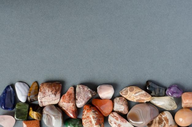 Edelsteine auf grauem hintergrund