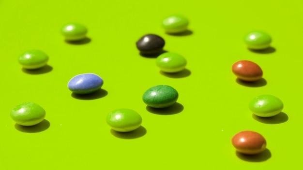 Edelsteine auf grünem hintergrund