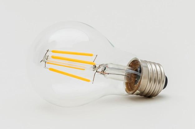 Edison-glühbirne auf grauem hintergrund