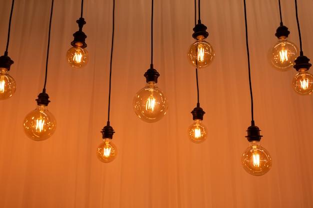 Edison glühbirnenhintergrund. weinleselampen über betonhintergrund. selektiver fokus