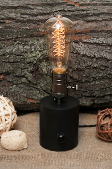 Edison lampe auf hölzernem hintergrund.