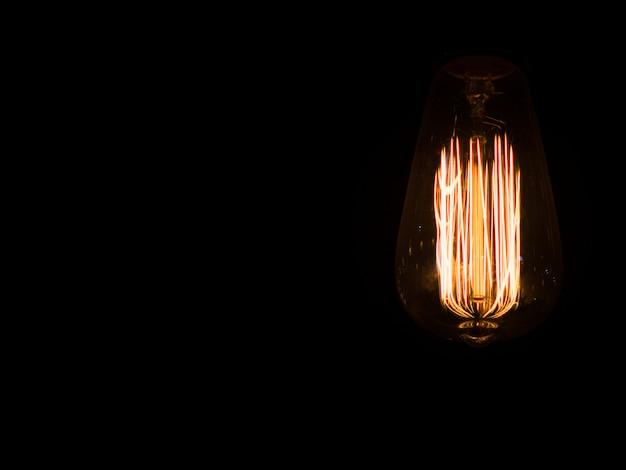 Edisons glühbirne im dunkeln