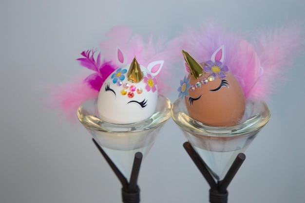 Editorial illustriert zwei glamouröse einhorn-eier von easter kit home kitchen