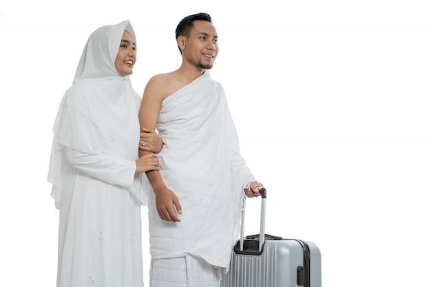 Ehefrau und ehemann muslimischer paare bereit für hajj