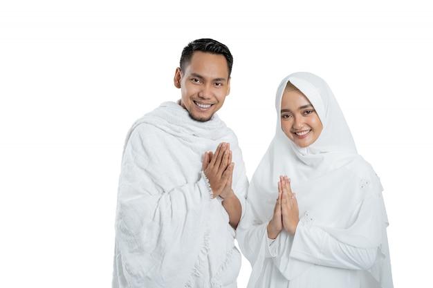Ehefrau und ehemann muslimischer pilger bereit für den hajj