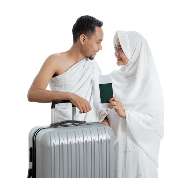 Ehefrau und ehemann muslimischer pilger bereit für umrah