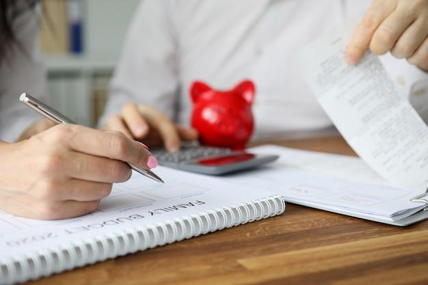 Ehefrau und ehemann planen den monatlichen familienfinanzplan für 2020